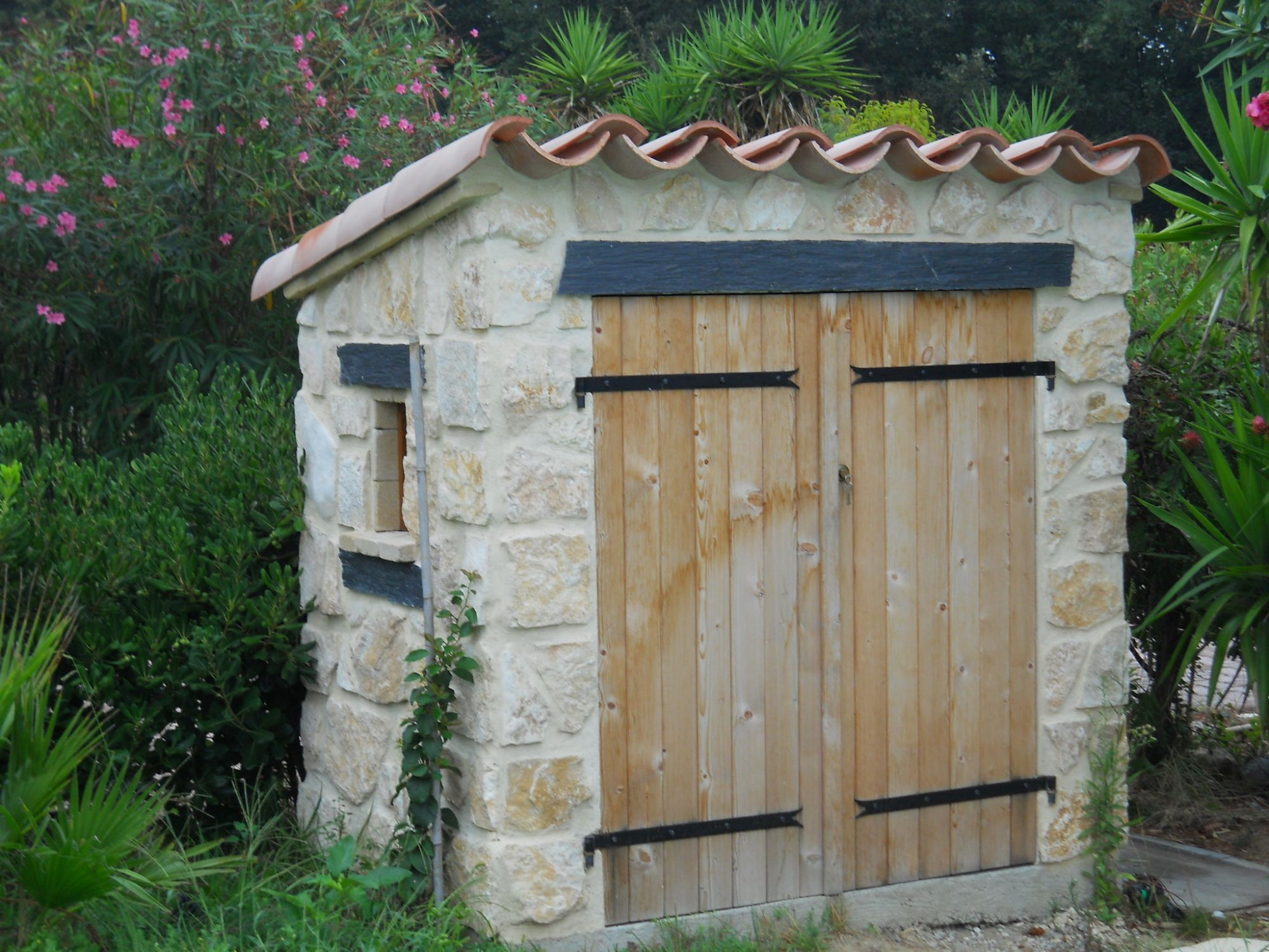 Achat et installation d 39 un local technique dans le var for Porte pour local technique piscine