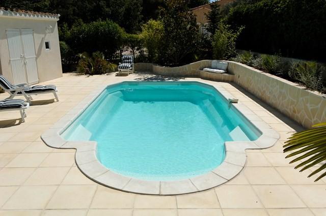 Prix pour la pose de piscine coque polyester brignoles piscines plus for Tarif piscine coque